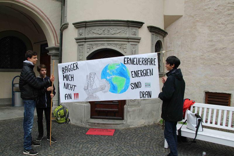 Schüler im Innenhof des Rathauses bei der Ausrufung des Klimanotstandes